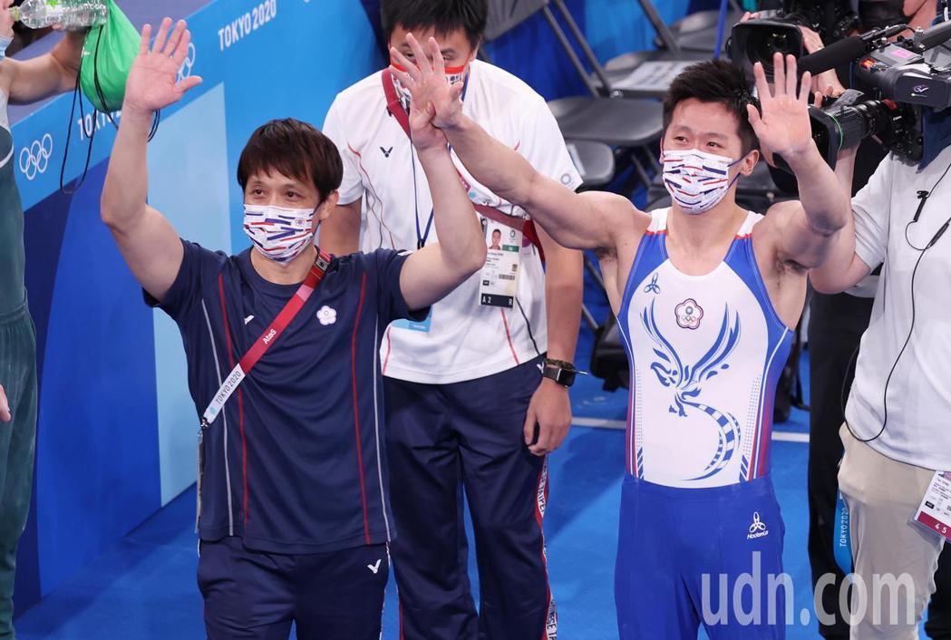 「鞍馬王子」李智凱(右)今天在東京奧運鞍馬決賽以總分15.400摘銀,拿下台灣體...