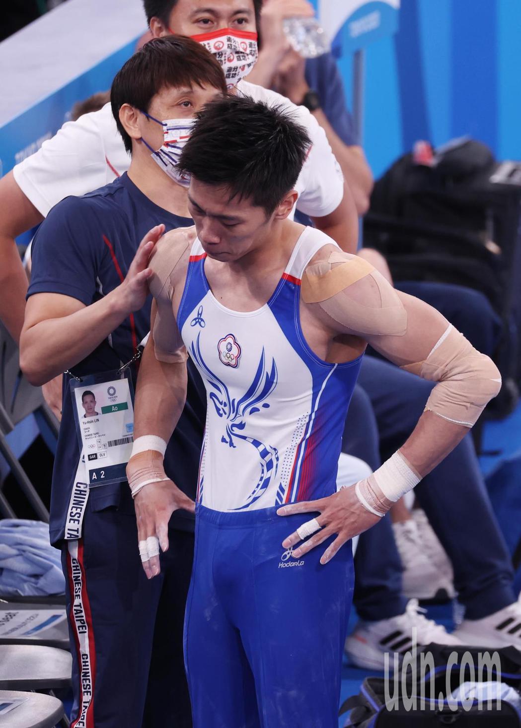 「鞍馬王子」李智凱(前)今天在東京奧運鞍馬決賽以總分15.400摘銀,拿下台灣體...