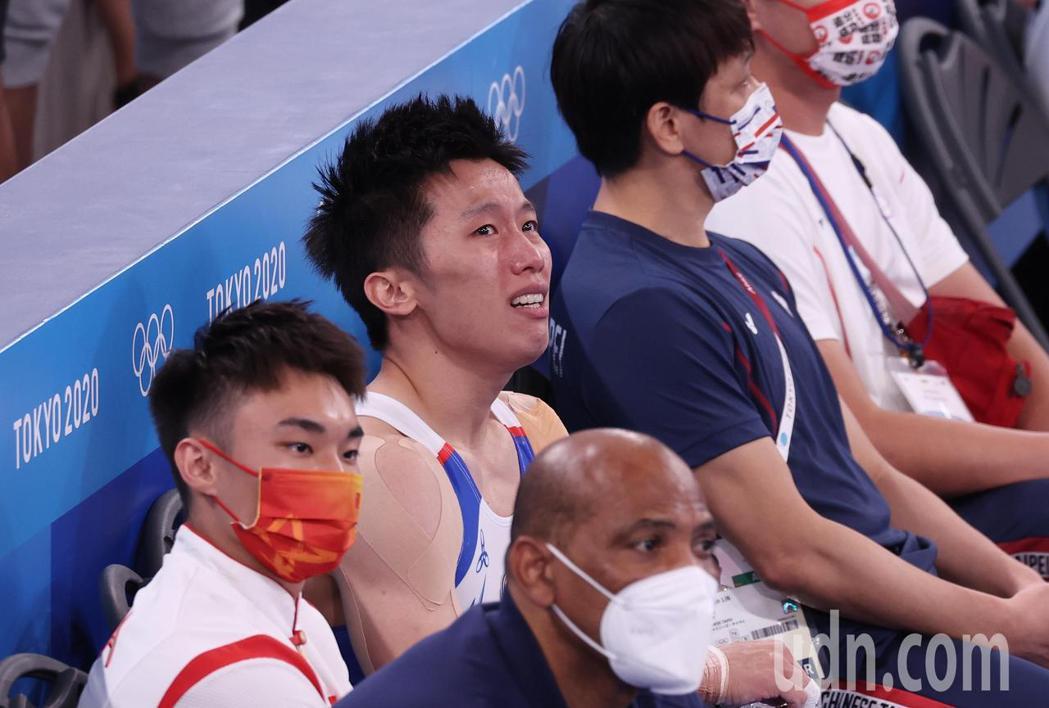 「鞍馬王子」李智凱(中)今天在東京奧運鞍馬決賽以總分15.400摘銀,拿下台灣體...