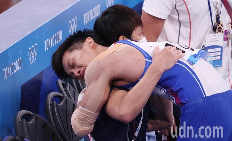 「鞍馬王子」李智凱(右)今天在東京奧運鞍馬決賽以總分15.400摘銀,拿下台灣體操史上第一面獎牌,他在得知分數後激動地落淚,與教練林育信(左)緊緊相擁。特派記者余承翰/東京攝影