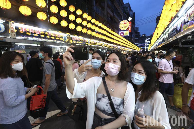 中央上月27日發布防疫警戒降為二級,在降級解封首個假日,基隆廟口夜市人潮爆滿。記者許正宏/攝影