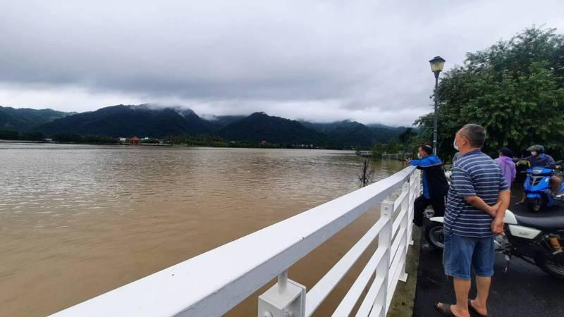 高雄市第二大人工湖美濃湖因連日降雨,今天下午4時許已幾乎滿水位,在地居民第一次看到高水位,前往拍照記錄。記者陳玫伶/攝影