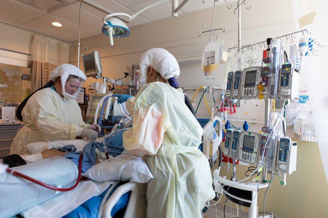 美國猶他州疫情升溫,穆雷市一家醫院的醫護人員7月23日在新冠加護病房救治患者。(...