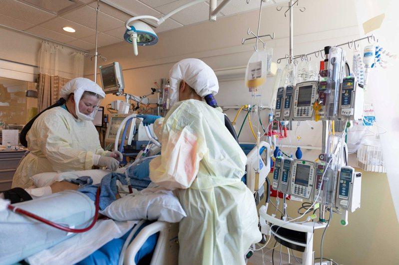 美國猶他州疫情升溫,穆雷市一家醫院的醫護人員7月23日在新冠加護病房救治患者。(路透)