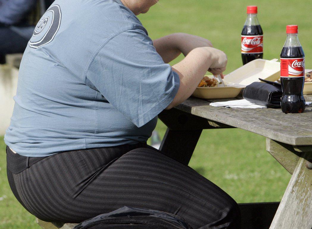 高糖高鹽食物加稅?英國首相強生反對。(美聯社)