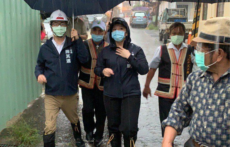 高雄市桃源區今天進行預警性撤離,高雄市長陳其邁到收容所視察。圖/高雄市原民會提供
