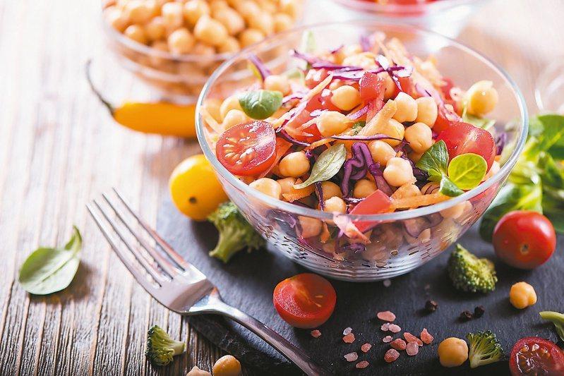吃素只要留意攝取蛋白質、維生素D、維生素B12、鈣質及鐵質等5大營養素,也可以吃出健康。圖/123RF