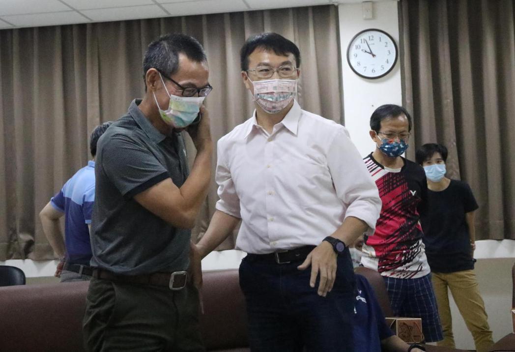 今晚金牌戰告一段落後,市長陳其邁打電話給戴資穎父親戴楠凱(左),肯定小戴的拚勁。...