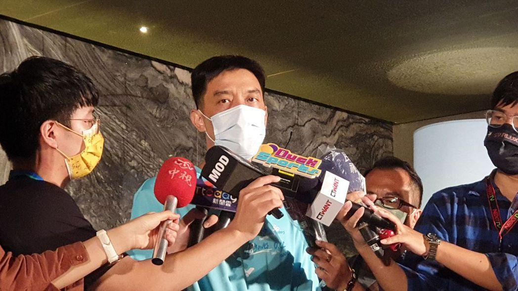 合庫羽球隊總教練廖國茂(中)表示,戴資穎這場球賽失誤性太多,關鍵時刻失誤導致勝敗...