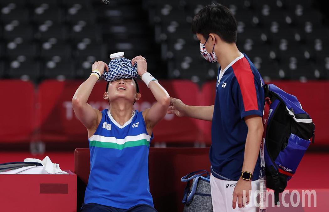 我國羽球「世界球后」戴資穎(左)今天在東京奧運女單金牌戰不敵對手,但仍然為中華隊...