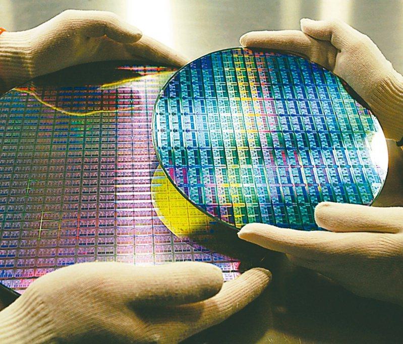 晶圓代工成熟製程產能大缺,報價漲不停,主要使用成熟製程生產的觸控IC、觸控與驅動整合IC(TDDI)、微控制器(MCU)等三大類晶片價格同步跟漲,今年下半年將每季調升報價。(美聯社)