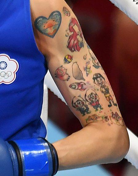 單親家庭出身的黃筱雯,左臂刺青對自己有重大意義,不但有台灣圖案,還有喜歡的動漫小...