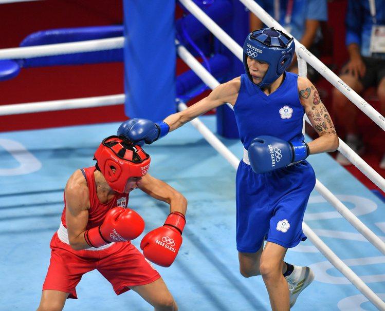 我國拳擊好手黃筱雯(右)在東京奧運拳擊女子51公斤晉級4強,確定能再為中華隊添一...