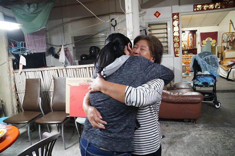 台東縣卑南鄉在防疫期間,讓模範母親得主的兒女透過廣播說出對媽媽的愛,見面時忍不住激動擁抱。圖/卑南鄉公所提供