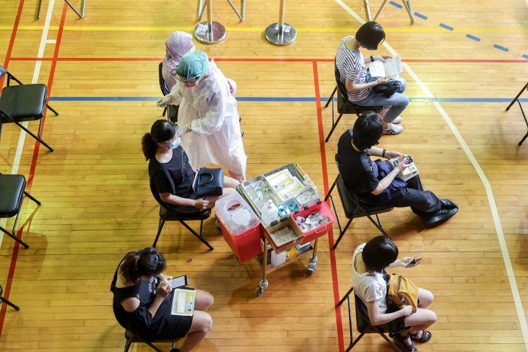 圖為民眾施打疫苗。記者曾原信/攝影