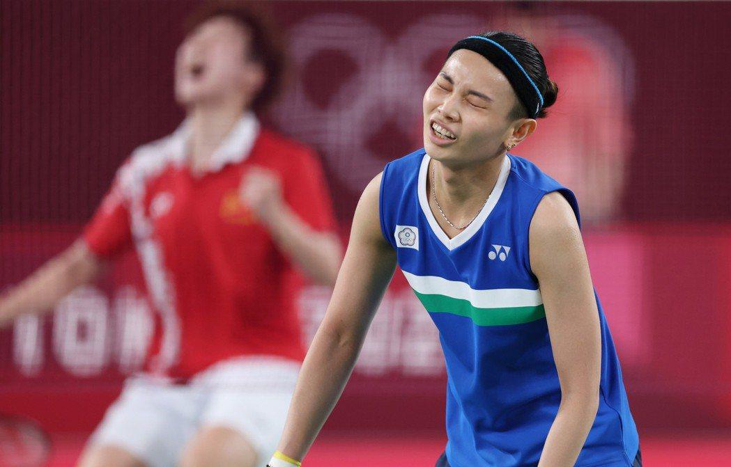 戴資穎(右)和陳雨菲在東奧女單金牌戰對決。特派記者余承翰/攝影