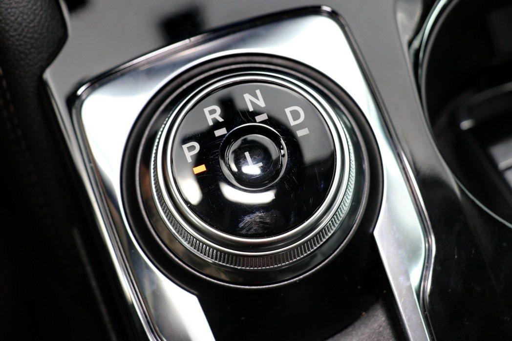 八速自排變速箱。 記者陳威任/攝影