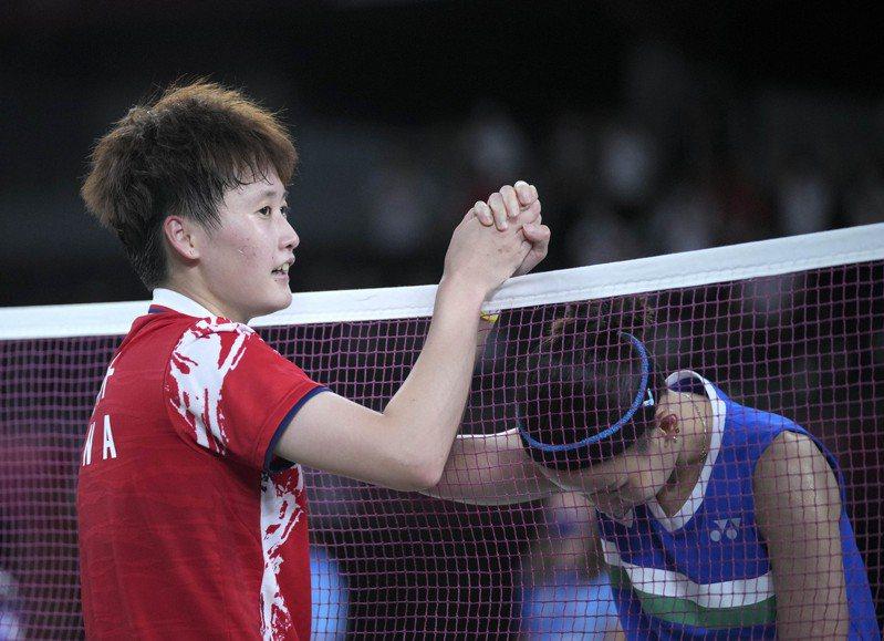 戴資穎(右)在東京奧運羽球女單金牌戰苦戰中國好手陳雨菲三局落敗,拿下銀牌。 新華社