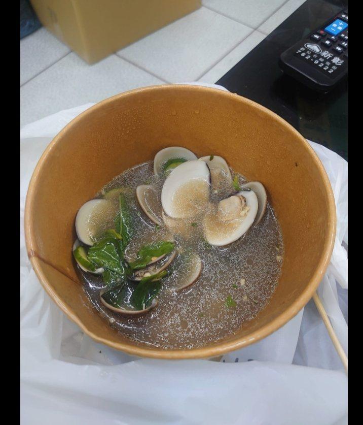 一名網友在「爆怨2公社」臉書社團PO出花100元買的蛤蜊湯照,裡面竟然只有7顆蛤蜊。圖擷自爆怨2公社