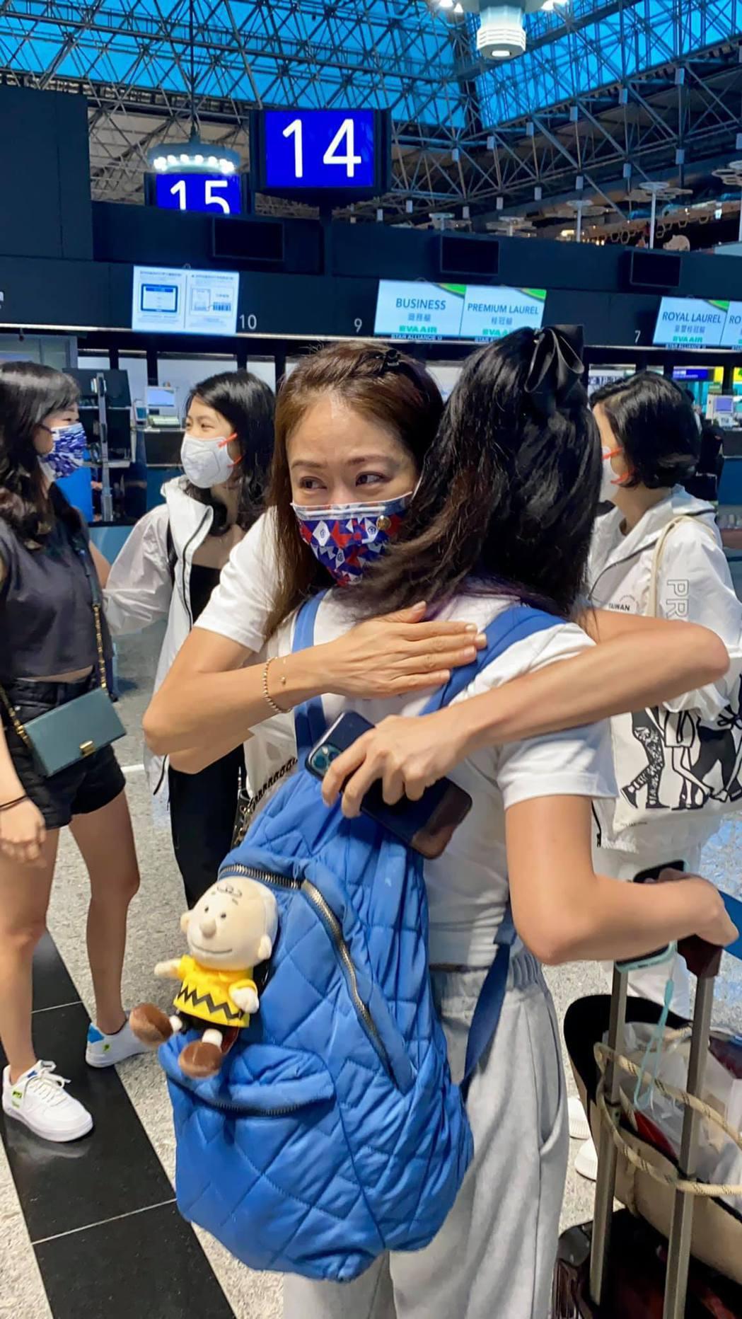 賈永婕送女兒出國唸書,在機場忍不住大哭。 圖/擷自賈永婕臉書