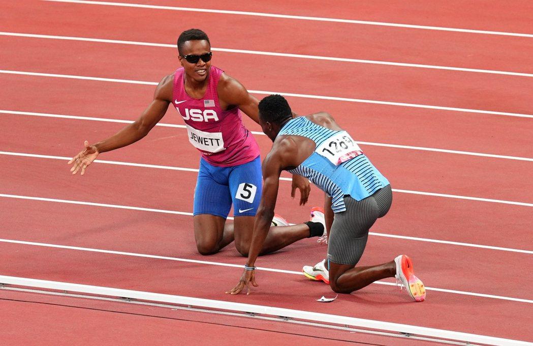 美國選手朱特(左)對一起倒地的波札那選手阿莫斯伸出手。 路透