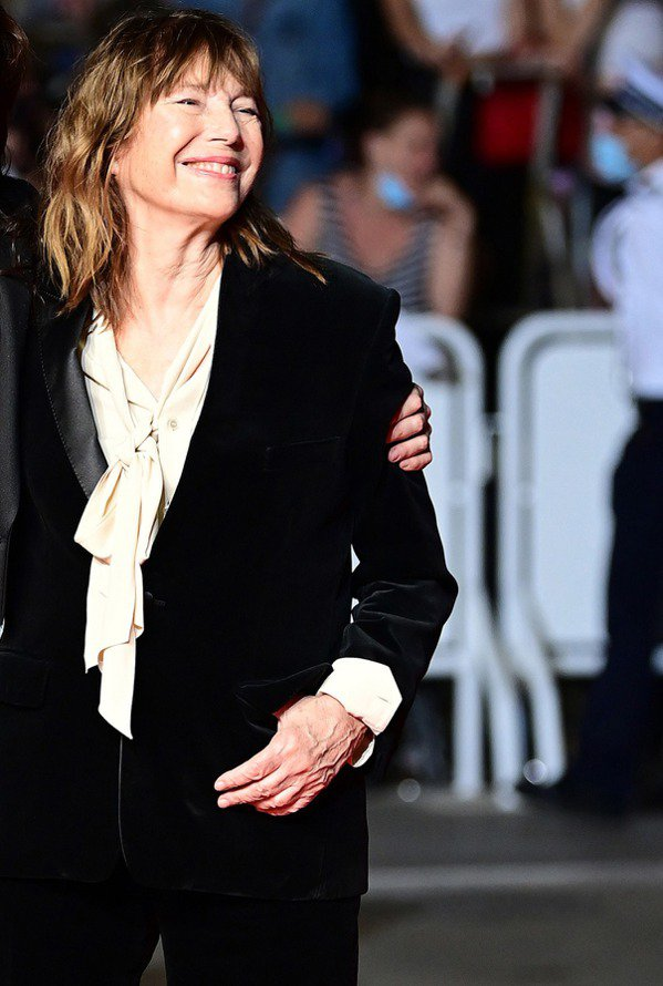 珍柏金以CELINE黑色天鵝絨套裝內搭鵝緞面蝴蝶結襯衫,布料展現出的高雅雋永質感...