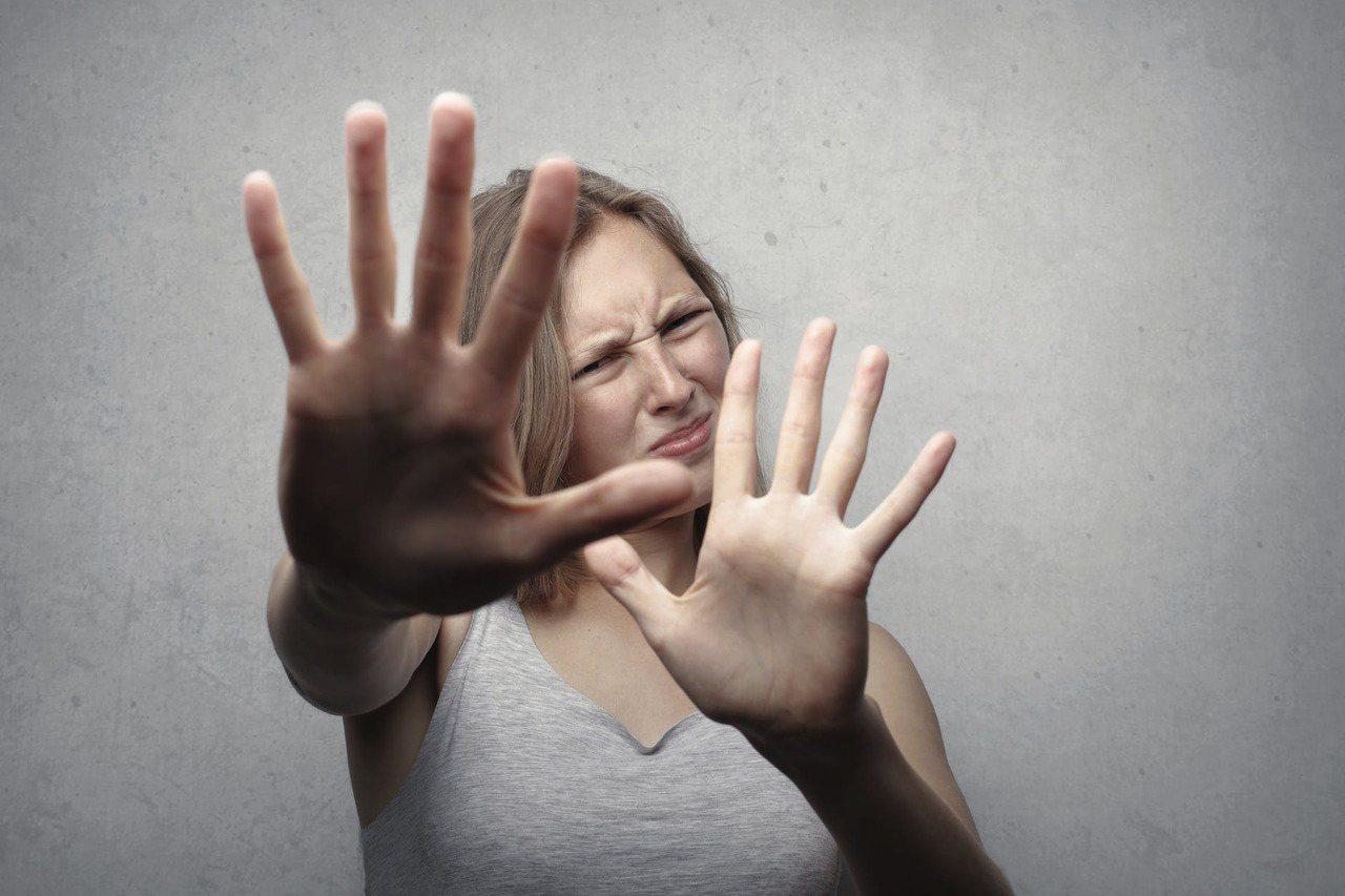 人在緊張時,會下意識地做出一些習慣性的小動作,這些小動作也會給對方洩露很多有用的...