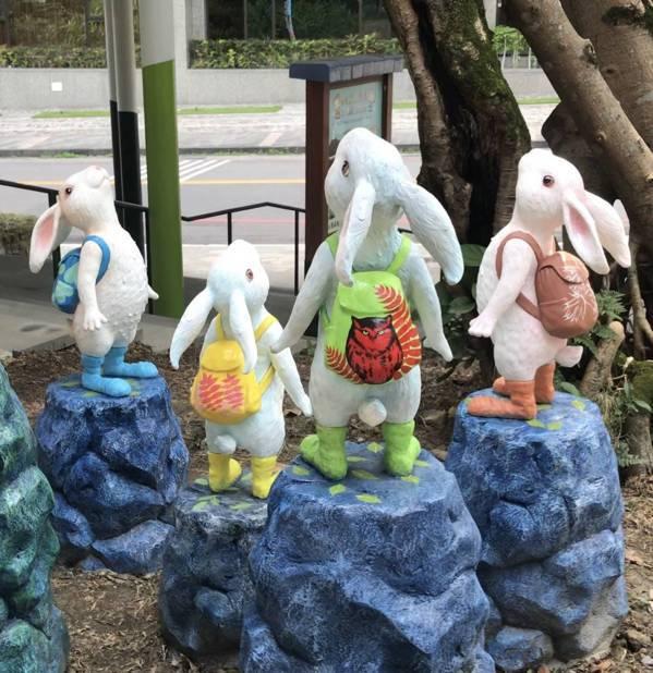 「抬頭小兔」的後背包有鍾萼木、台灣桫欏及黃嘴角鴞等在地元素圖樣,是幾米團隊與縣府...