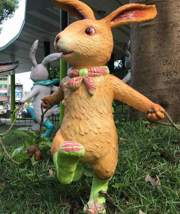 「跳舞小兔」的圍巾與襪子是台灣桫欏,後面的那隻兔子圍巾是姑婆芋。 圖/讀者提供