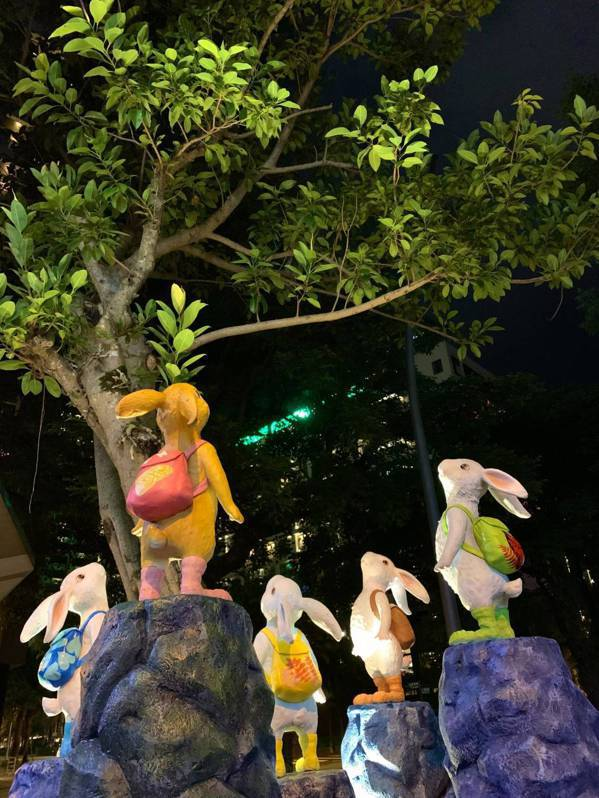 「抬頭小兔」在看什麼呢?遊客走到這裡,也會跟著兔兔抬頭望向天上的星空。 圖/林鼎...
