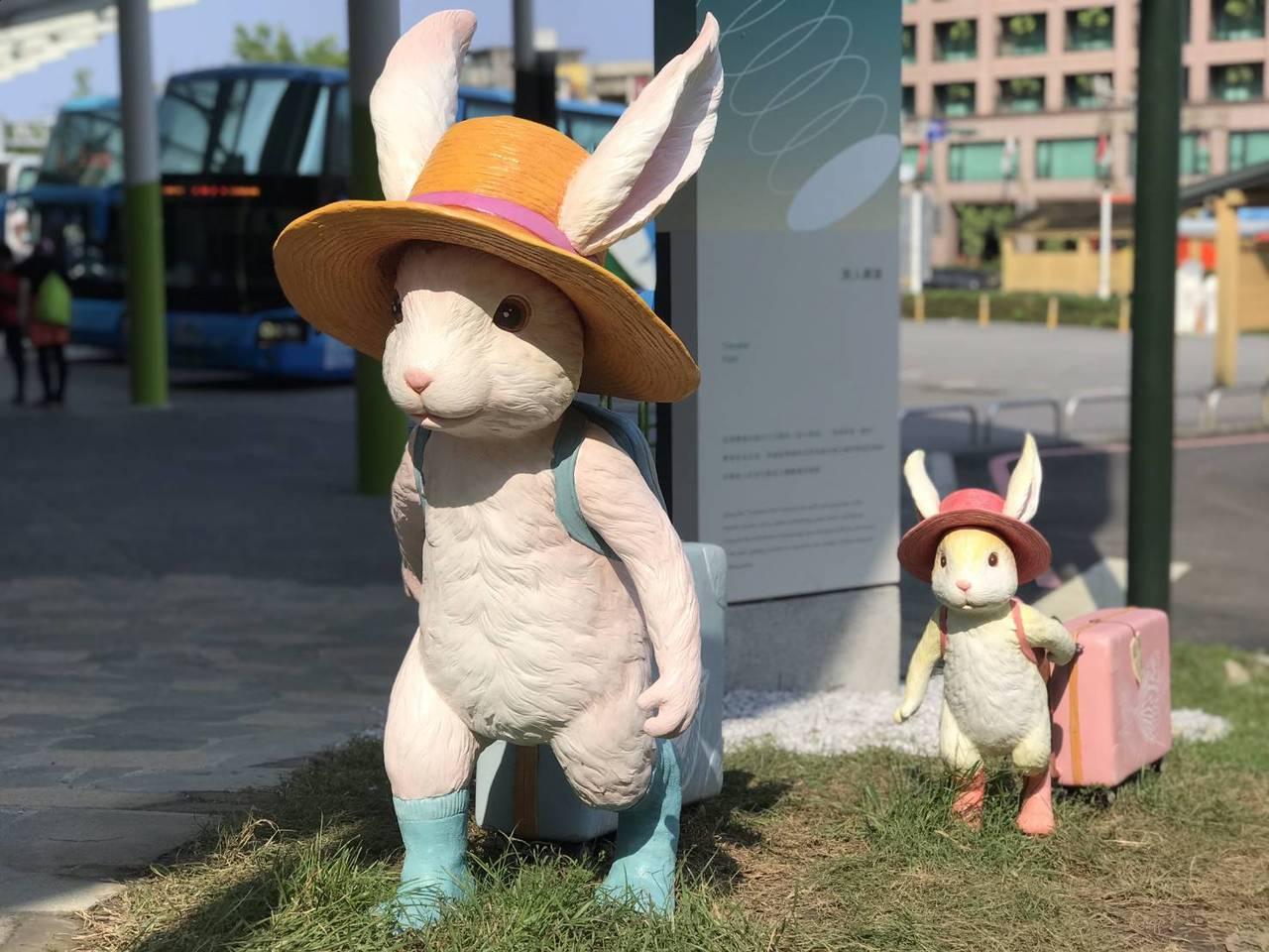 礁溪轉運站的拖著行李箱的「行李小兔」,想帶領遊客展開美好旅程。 圖/讀者提供
