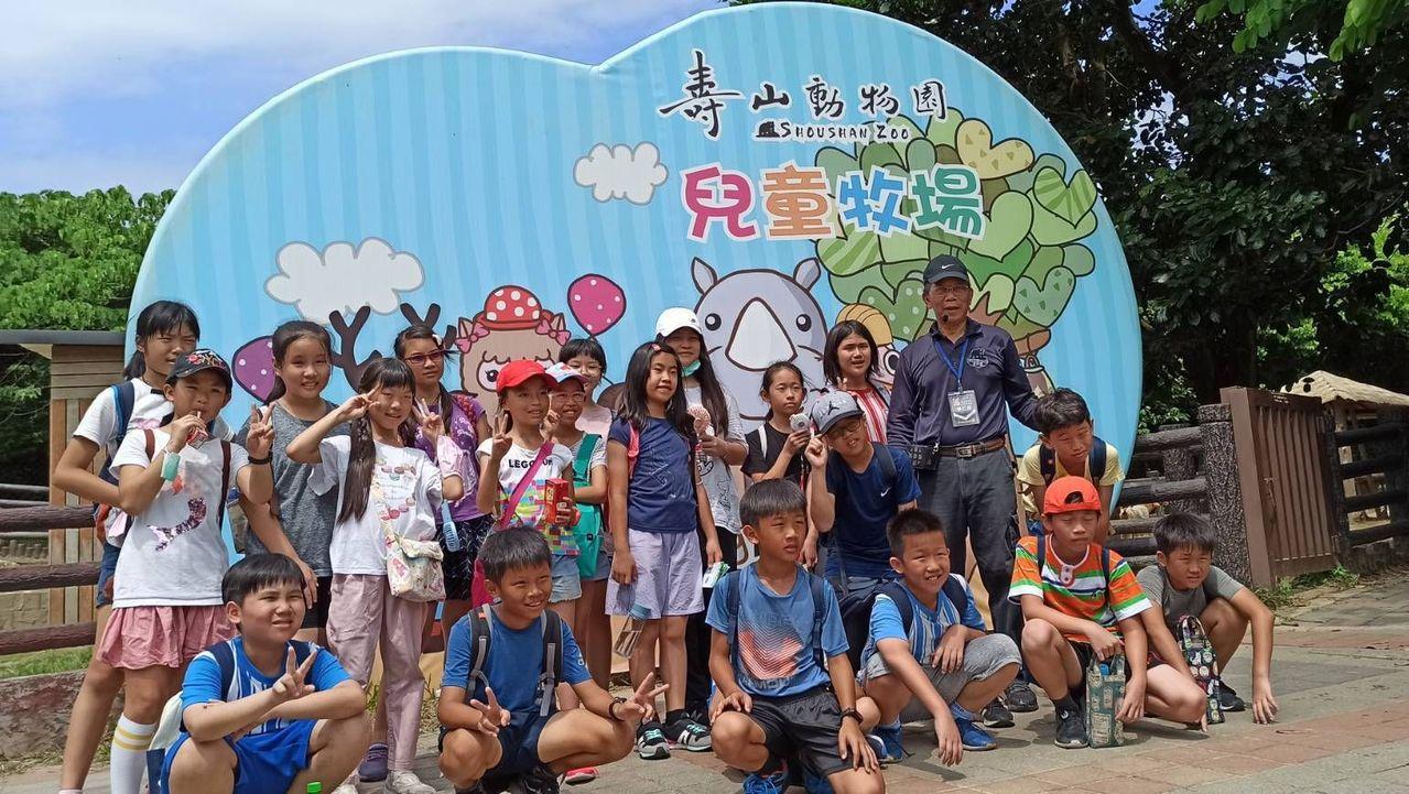 疫情警戒前,「勇伯」張仁勇常在壽山動物園當導覽志工,深受學童喜愛。 圖/張仁勇提...