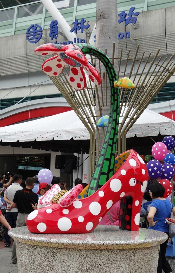 廣場上,日本藝術大師草間彌生以「我踩著高跟鞋出發,去見我的男朋友」為名的紅鞋圓點...