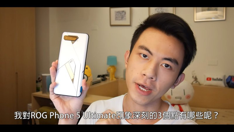 「Linzin 阿哲」介紹ROG Phone 5 Ultimate,認為它的外型相當「中二」。(翻攝自YouTube頻道「Linzin 阿哲」)