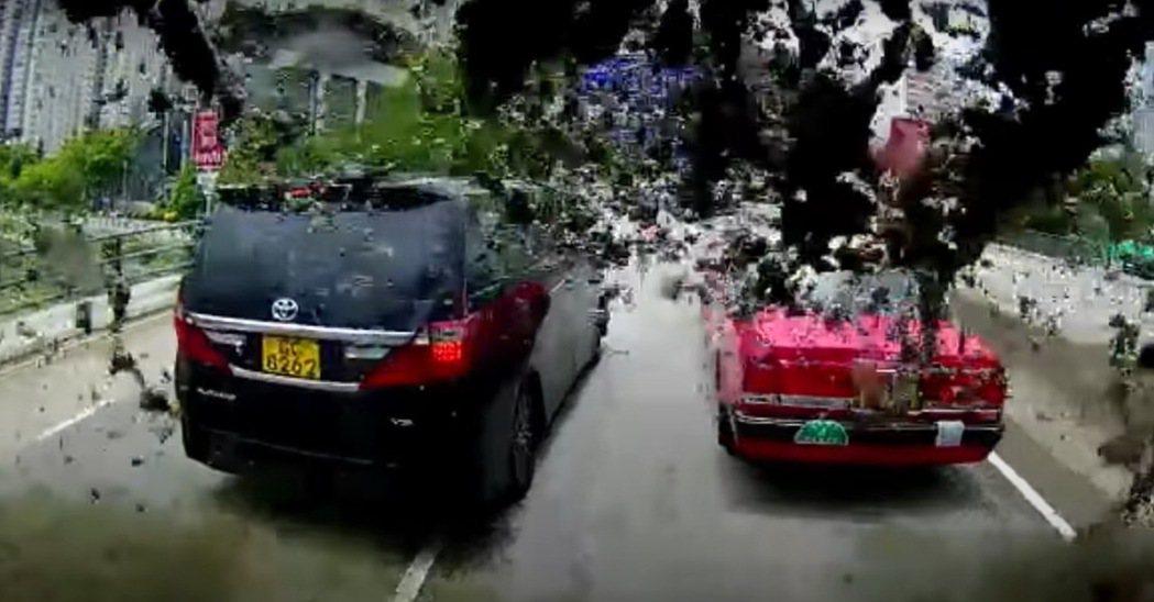 為了爭路在道路上停下來,回頭馬上就出事了! 摘自影片