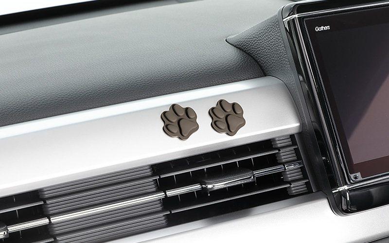相當可愛的立體狗腳印貼紙可以隨意貼在車內點綴。 摘自Honda