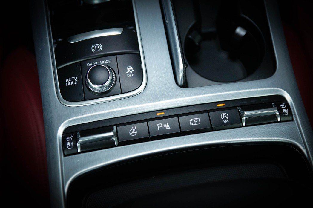 雙前座冷熱通風座椅、電子手煞車附AutoHold、倒車雷達警示都一應具全。 記者...
