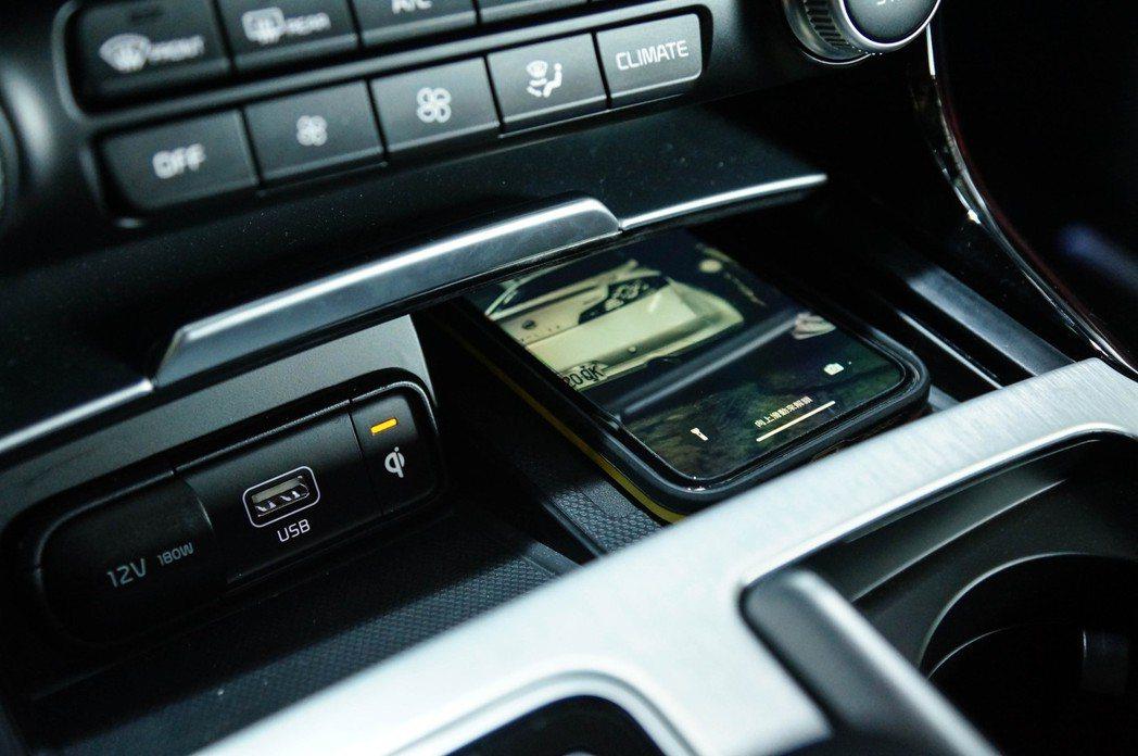 空調面板下方有無線充電板以及USB插孔與12V電源供應。 記者趙駿宏/攝影