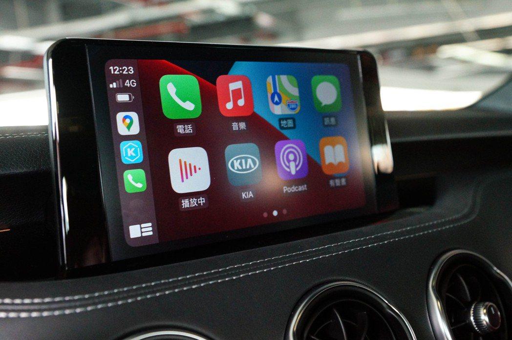 8吋懸浮式中控螢幕支援無線Apple CarPlay和Android Auto。...