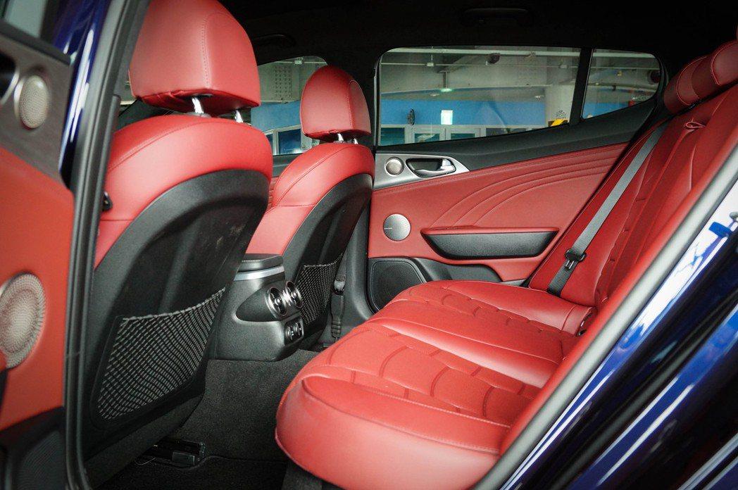 Stinger雖然為GT轎跑,但也因為長軸距,後座空間表現不俗。 記者趙駿宏/攝...