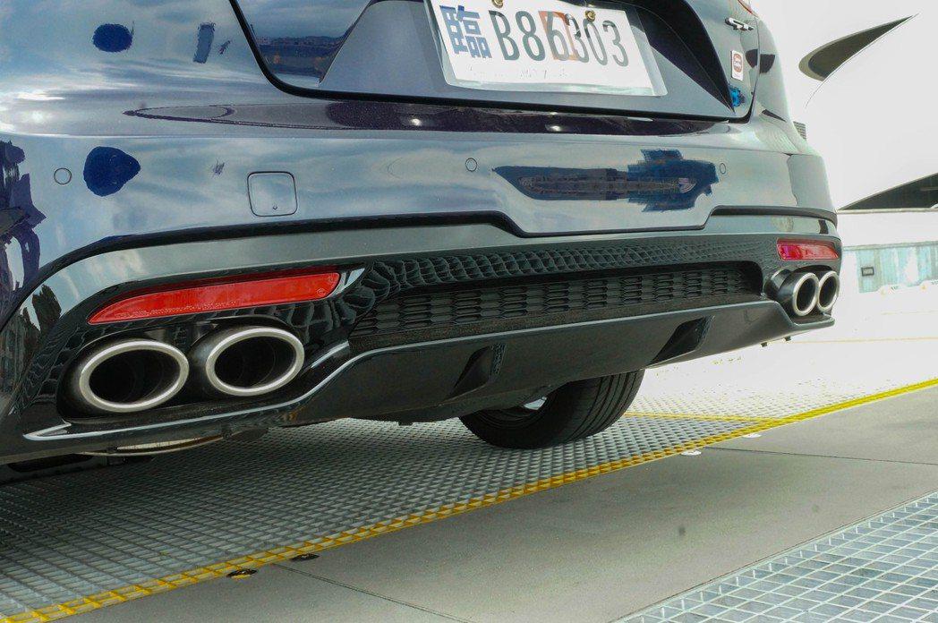四出排氣尾管和下分流器的造型,讓Stinger車尾具濃厚跑格。 記者趙駿宏/攝影