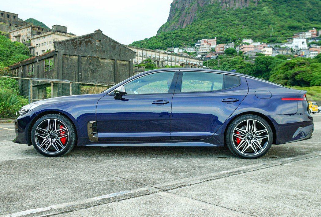 車側則是Stinger這類GT轎跑最吸引人的設計線條。 記者趙駿宏/攝影