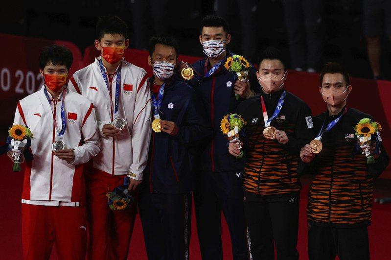 黃金男雙「麟洋配」王齊麟(右)與李洋(左)奪得我國在奧運史上第一面羽球金牌,許多日本網友在相關新聞下方留言「比看到日本贏了還開心」。 路透社