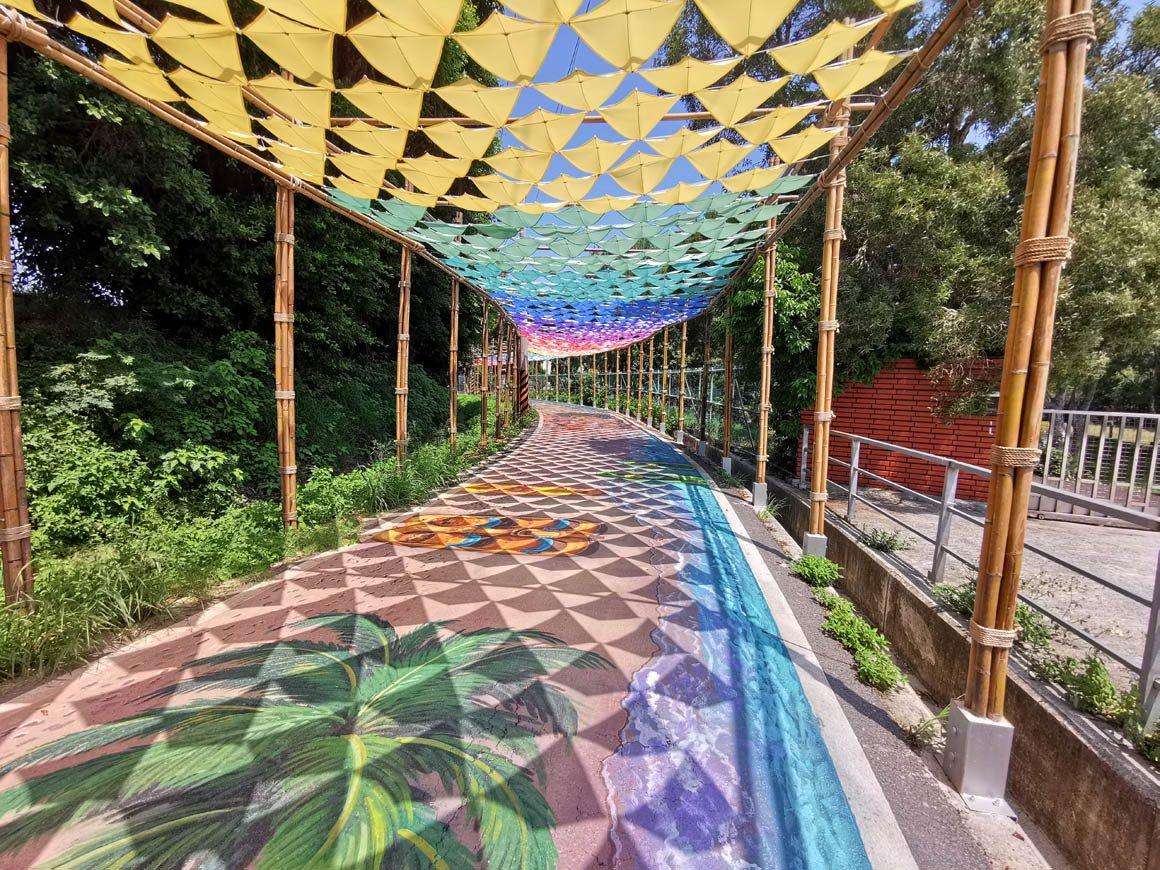 桃園市觀音蓮花季來了,擎雨步道讓遊客慢步欣賞竹架構、風箏意象的地面彩繪。 圖/曾...