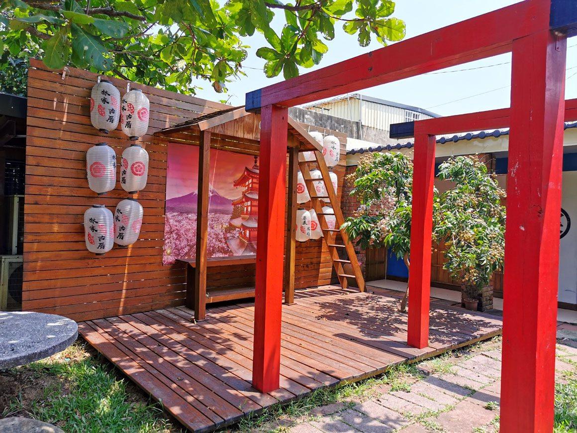 林家古厝農場的日式風格鳥居參道,吸引遊客拍照打卡。 圖/曾增勳 攝影