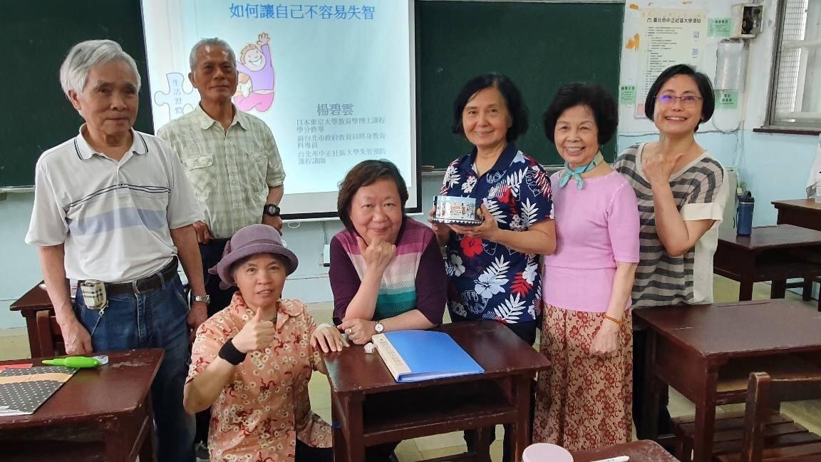 楊碧雲與她的社區大學學生。 圖/翻攝自楊碧雲FB