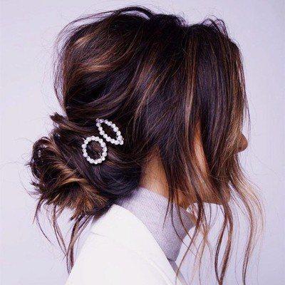 掩飾「布丁頭」色差的關鍵訣竅在於蓬鬆感,運用簡單的低馬尾、髮髻造型,可為不均勻的...