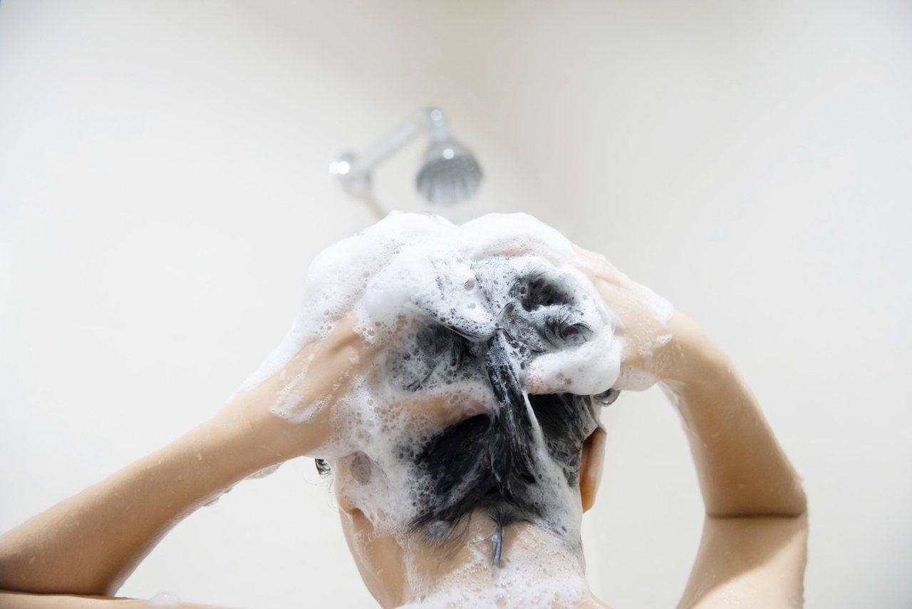 頭髮纖維的蛋白質中有88%是角蛋白,容易受到髒污影響。 圖/freepik