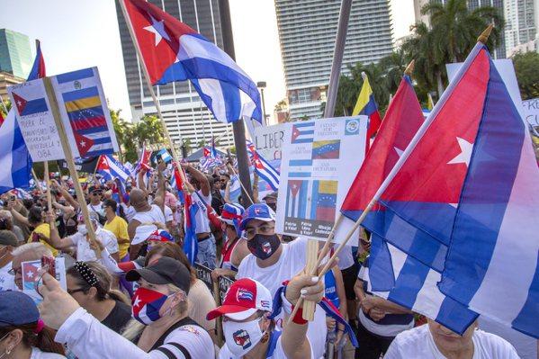 佛羅里達州過去一日新增病例創下疫情爆發以來的新高,邁阿密街上仍有大規模支持古巴抗...