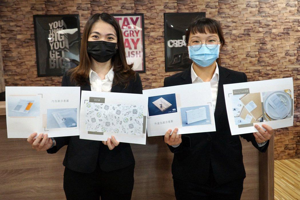 大葉大學企管系大三生黃育湘(右)、陳詩涵(左)以中秋節為主題設計口罩。